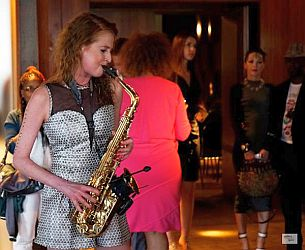 Melanie Piontek playing saxofon at the fashNet Event